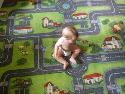 ребёнок на ковролине с дорожками