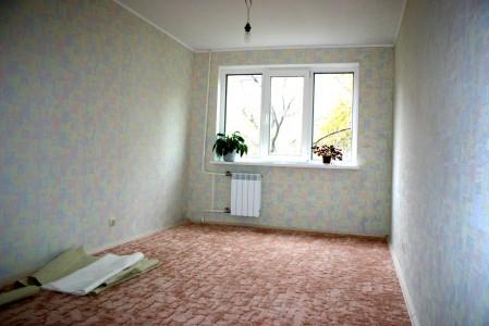 пол из ковролина в пустой квартире