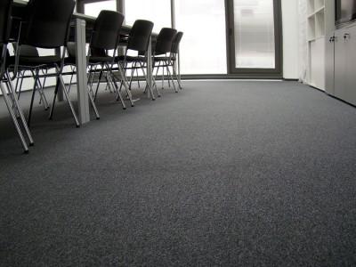 серый ковролин в офисном помещении