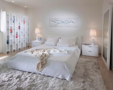 белый ковер с длинным ворсовм в белой спальне