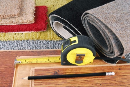 виды ковролина с рулеткой и карандашом