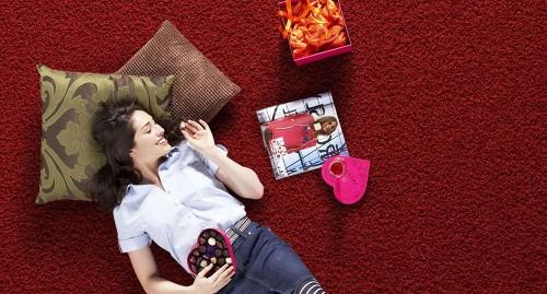 девушка лежащая на красном ковролине