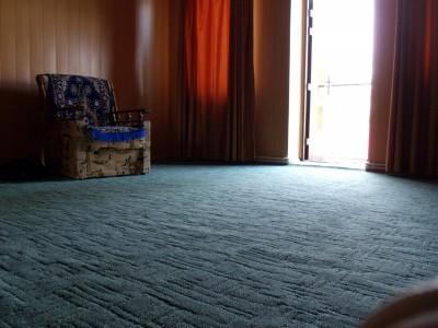 ковролин темно синего цвета в гостинной
