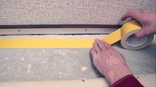 фиксация ковролина при укладке клейкой лентой