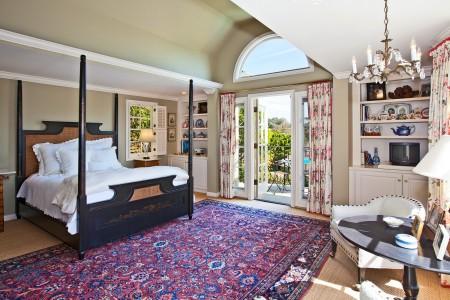 фиолетовый ковер в светлой спальне