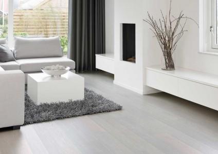 серый шерстяной ковер в светлой гостинной
