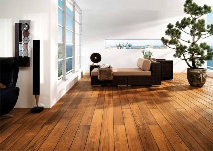 деревянный паркет в просторной гостинной