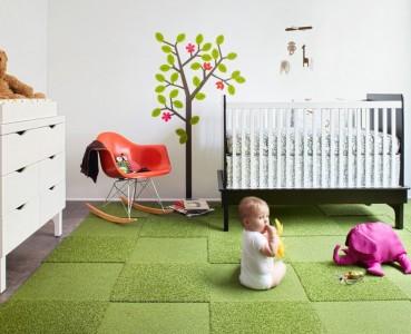 зеленый ковер с ребенком