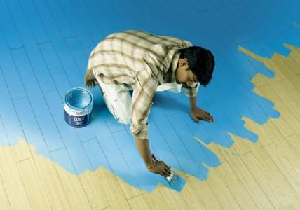 покраска деревянного пола синей краской