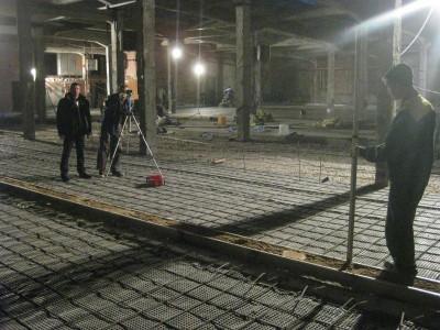 процесс замера уровня бетонного пола