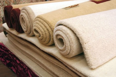 ковры свернутые в рулоны