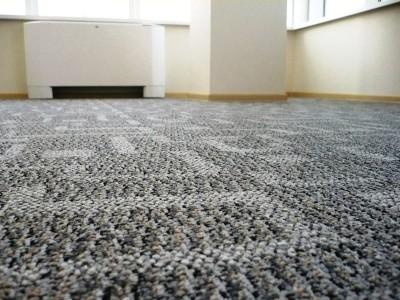серое ковровое покрытие с узором