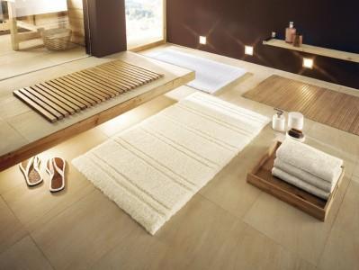 красивая ванная комната с белым ковриком