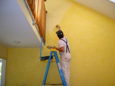 покраска жёлтой стены кисточкой
