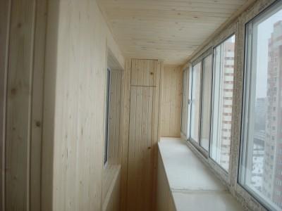 деревянный встроенный шкаф на балконе