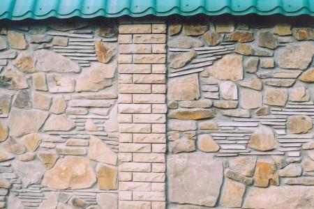 кирпично-каменная стена
