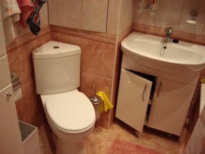 угловой унитаз в ванной
