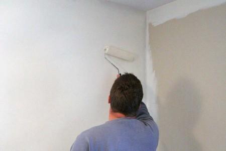 покраска стены в белый цвет валиком