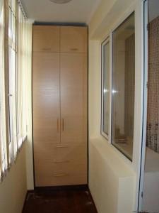 коричневый встроенный шкаф на балконе