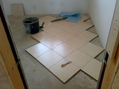 укладка квадратной плитки на пол
