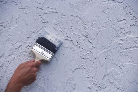 покраска стен кисточкой