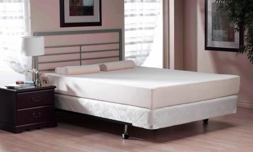 белая кровать в светло розовой спальне