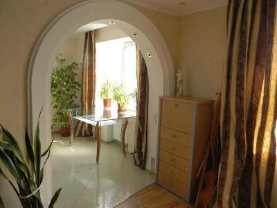 белая арка между комнатами в доме